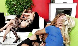 Hai đẹp và bất đồng sẵn sàng để làm tình. Cả hai từ từ cởi quần áo của mình, một trong số họ bắt đầu liếm bạn gái của mình là xxx nhật âm đạo.